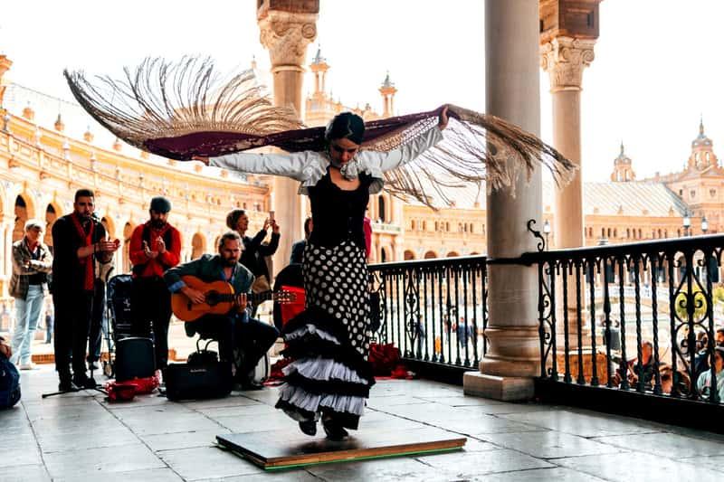 Танцовщица фламенко на улицах Севильи, Испания