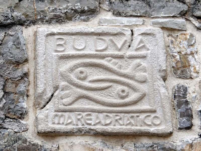 Исторический символ Будвы на стене древней цитадели, Будва, Черногория
