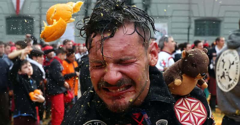 Снимок сделан во время ежегодной битвы апельсинами в Ивреа, Италия