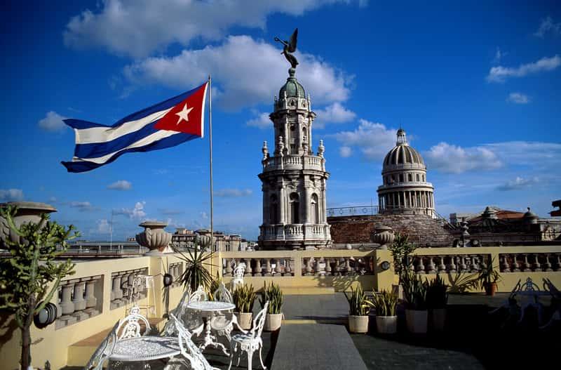 Кубинский флаг на крыше отеля в Гаване