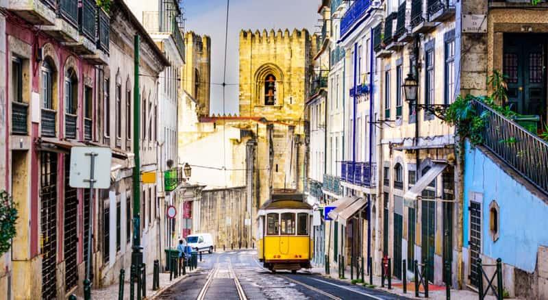 Хотите посмотреть исторический центр Лиссабона, садитесь на ретро-трамвай и в путь