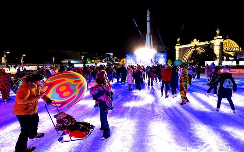 Зимой в парке открывается каток, где можно весело провести время с друзьями или семьей